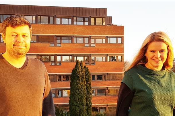 Foto av Espen Haavardsholm og Siri Lillegraven, ute på en veranda