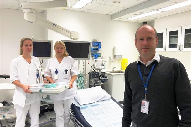 To sykepleiere i poliklinkken klar til å ta i mot pasieter, fagdirektør Torkil Clementsen i sivilt i forgrunnen