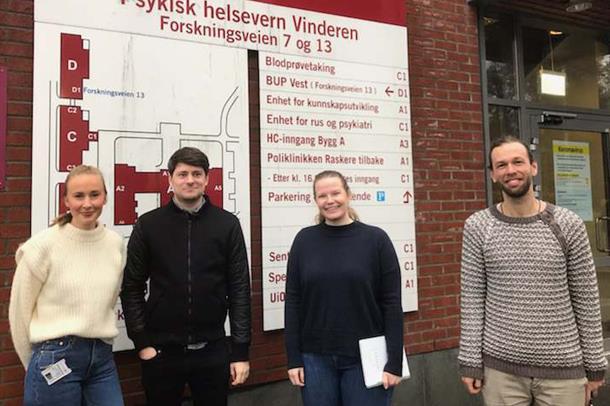 Fire psykologistudenter utenfor inngangen til poliklinikken på Vinderen