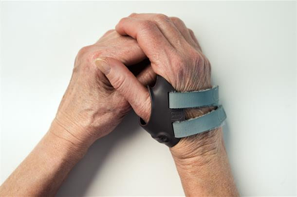 To hender som holder hverandre. En har støtte på